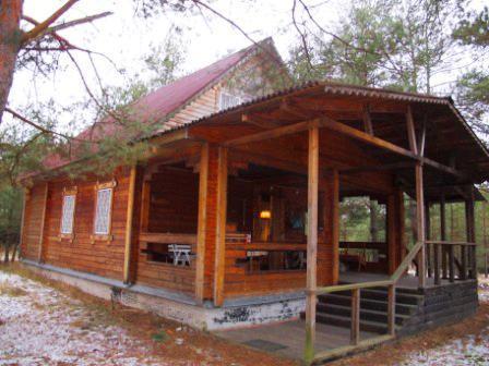 В лесном массиве, крайний к лесу, расположен бревенчатый дом