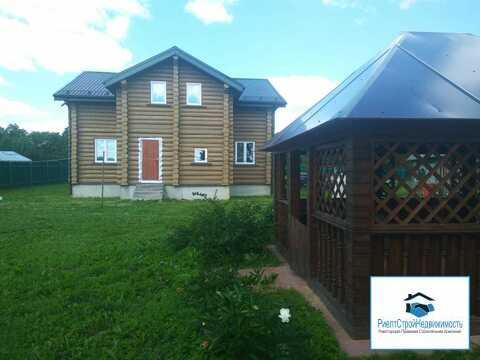 Новый дом из бревна в деревне рядом с озером и ж/д станцией