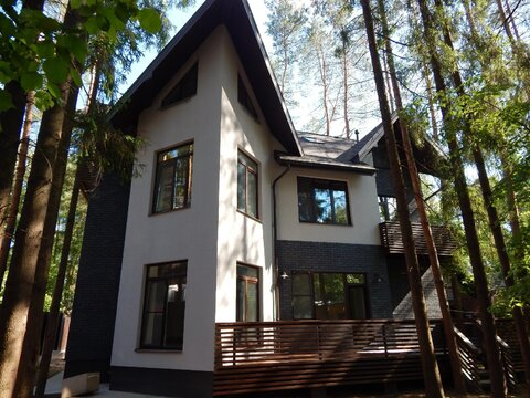 Трехэтажный кирпичный коттедж 360 кв.м. на Ново-Рижском шоссе, 10 км. .