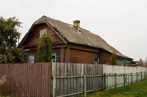 Рубленый дом на берегу озера