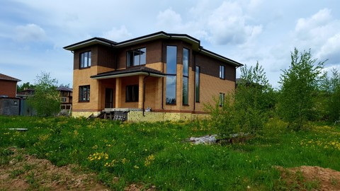 Двухэтажный загородный дом в коттеджном посёлке