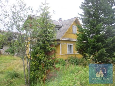 Два двухэтажных дома-старый и новый у озера