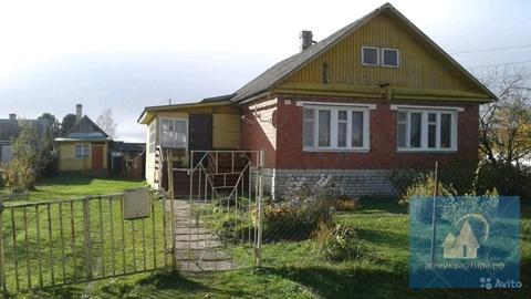 Кирпичный дом у озера