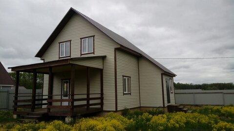 Теплый зимний брусовой дом в деревне.