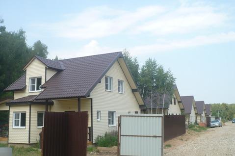 Дом для проживания в окружении леса около озера