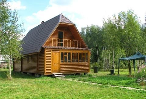 Красивый дом в окружении леса