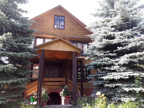 Экологичный дом в поселке, окруженном лесом.