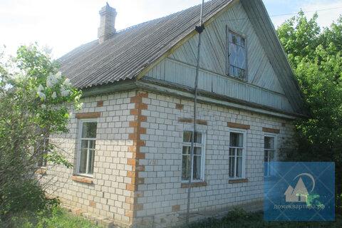 Кирпичный дом в большой деревне